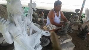 बुटवलको कालिकानगरमा आफ्नो कला कौशल प्रर्दशन गर्दै एक मुर्तिकार । तस्विर लुम्बिनीअनलाइृन