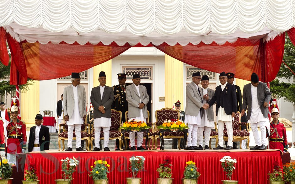 सपथ ग्रहणपछि प्रधानमन्त्री केपी शर्मा अोलीलाई बधाई दिँदै पूर्वप्रधानमन्त्री सुशील कोइराला