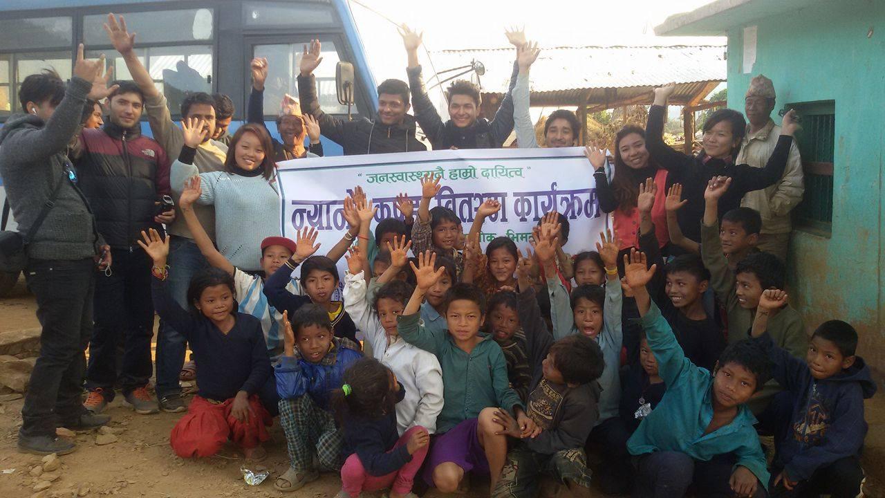 विद्यार्थीहरुबाट सिन्धुपाल्चोकका भूकम्प पिडितहरुको लागि   कपडा  वितवरण