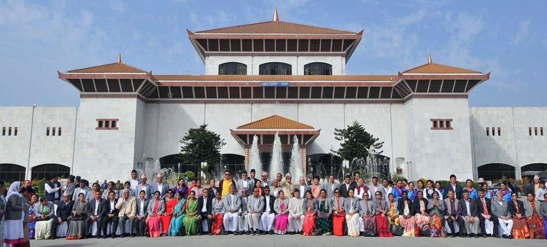 संसदको अन्तिम बैठक बस्नुअघि  सांसदहरु फोटोसेसन गराउँदै।