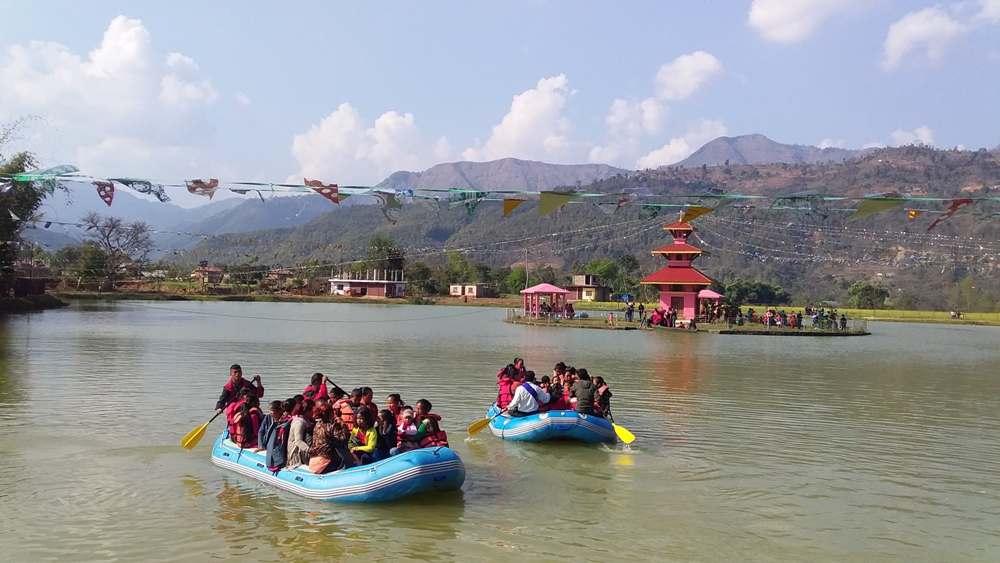 पर्यटकीय तालपोखरामा डुङ्गा दौड प्रतियोगिता हुदै