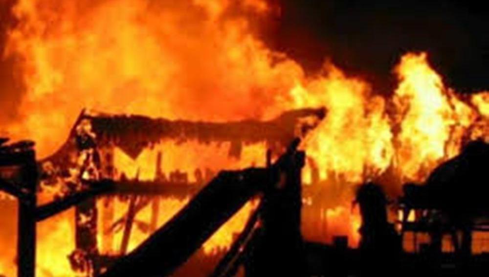 कपिलबस्तुको विजयनगर गाउँपालिका १ सुगौलीमा आगलागी हुँदा २५ घरगोठ जलेर नष्ट