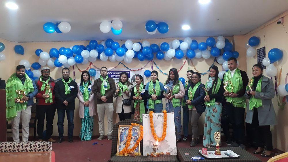 नर्सिङ् दिवसको अवसरमा आयोजित कार्यक्रमका विजेतालाई पुरस्कार प्रदान